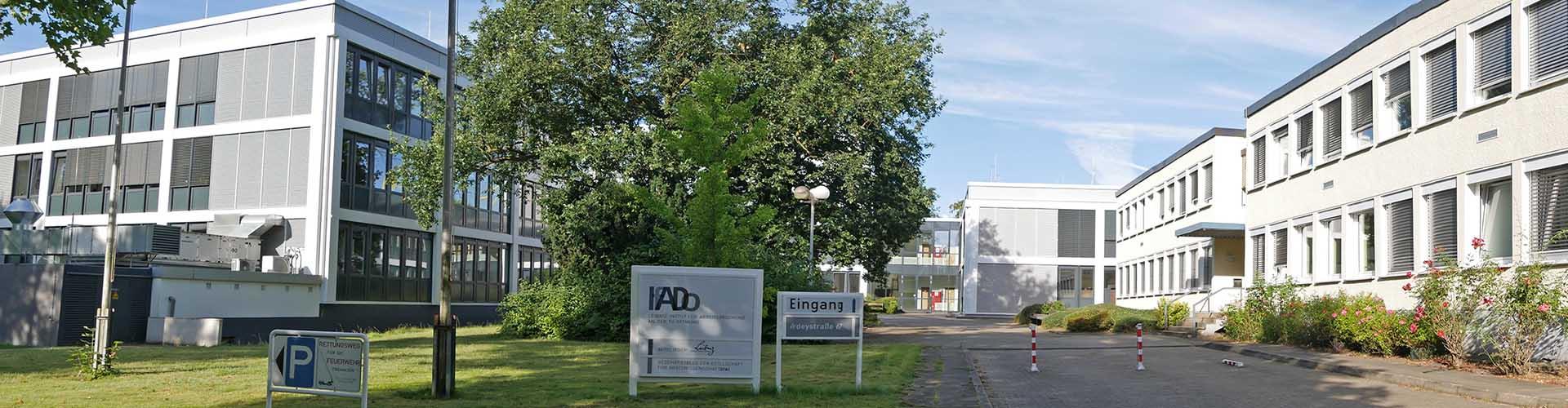 IfADo Einfahrt und Gebäudeansicht