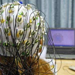Probandin während der EEG Messung mit EEG-Kappe.