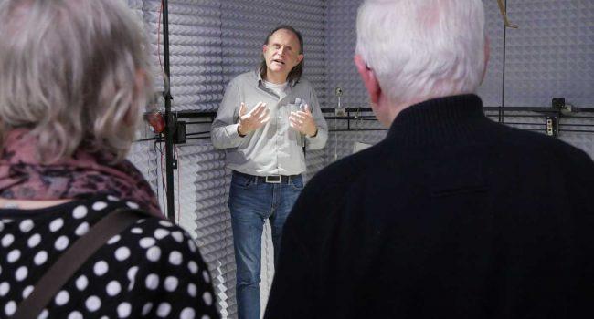 """Im Projekt """"Auditive Wahrnehmung und Sprachverstehen im Alter"""" untersuchen wir die Ursachen altersbedingter Defizite beim Hören und Sprachverstehen in realitätsnahen Umgebungen mittels modernster neurophysiologischer Methoden."""