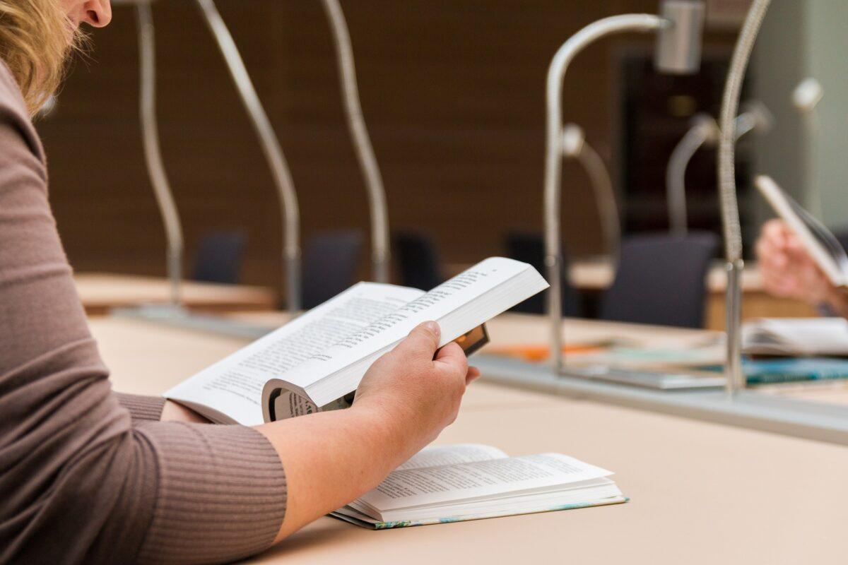 Beispielbild: Lernen in Bibliothek.