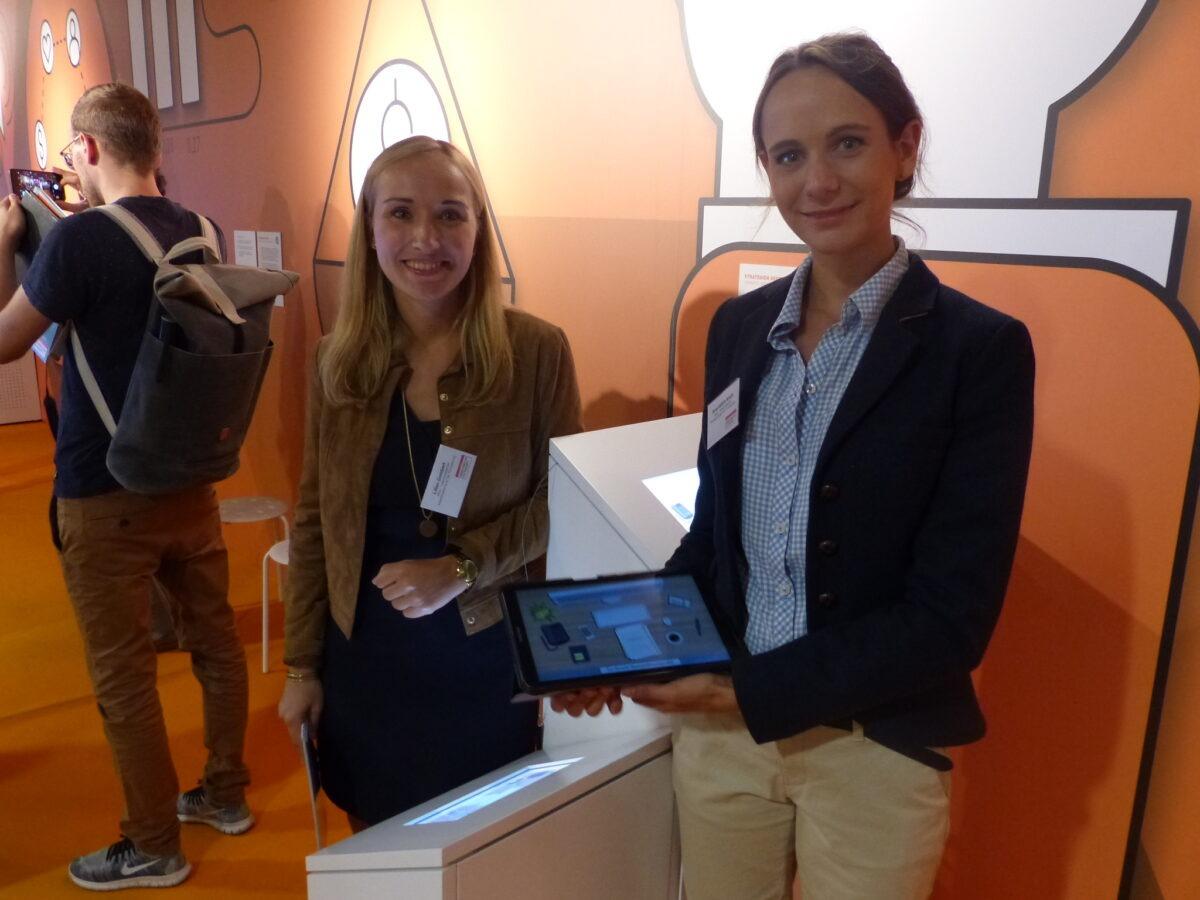 Lilian Gombert und Anne-Kathrin Konze mit der App. Foto: Maren Grüber/WiD