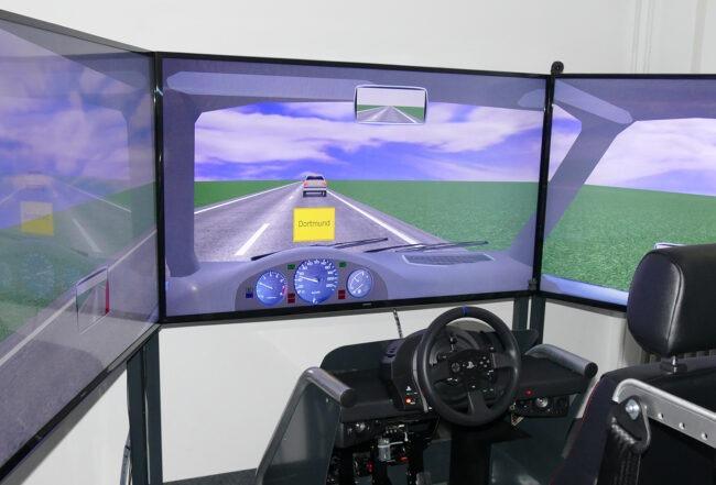 Fahrsimulator mit Verkehrsschild