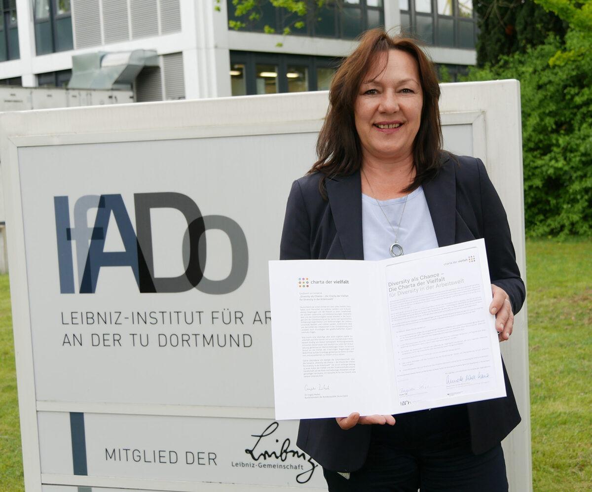 Brigitta Thiel mit der Charta der Vielfalt