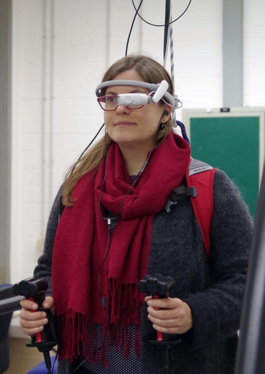 Verkabelt auf dem Laufband: Für die Versuche trugen die Testpersonen sowohl Datenbrille als auch Headset. Mit den Joysticks in den Händen konnten die Personen auf Buchstabenfolgen reagieren – je nach Anweisung über die Datenbrille oder das Headset. Foto: Kreutzfeldt/IfADo