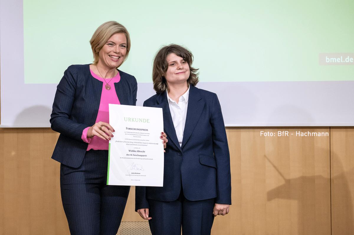 Ministerin Julia Klöckner und Wiebke Albrecht. Foto: BfR - Hachmann