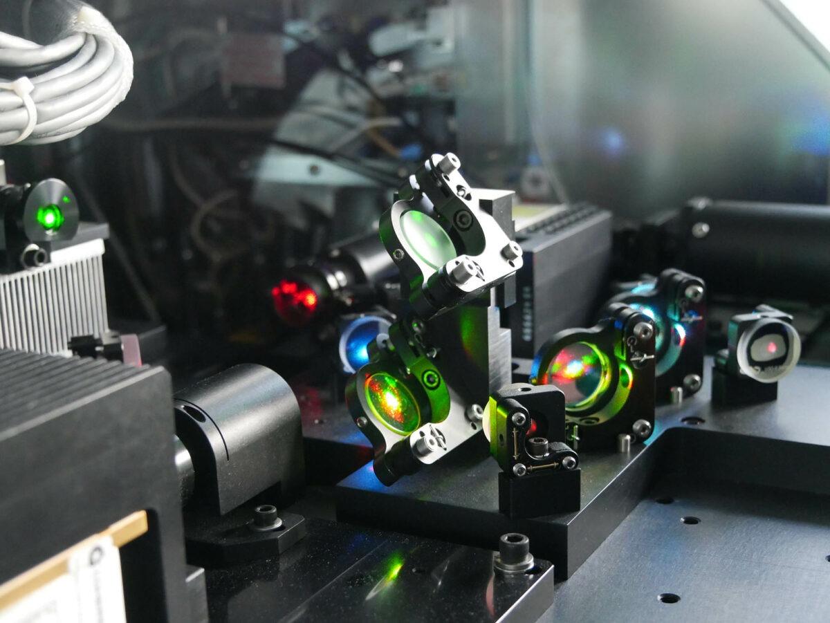 Einblick in die Durchflusszytometrie: Mit der fluoreszenzbasierten Messtechnik können Zellen und andere Partikel untersucht werden. Diese passieren einen Laserstrahl und durch die Emission von optischen Signalen können sie genau analysiert werden. Foto: IfADo