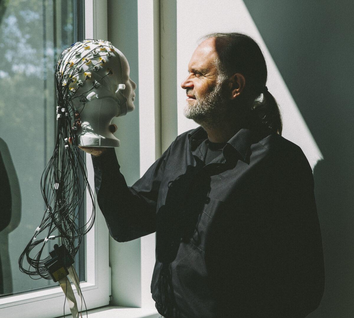 Stephan Getzmann mit EEG Kappe