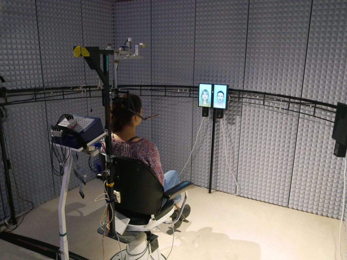 Im akustischen Labor des IfADo untersuchen Forschende die Grundlage des audiovisuellen Sprachverstehens. Aus Lautsprechern ertönen kurze Sprachreize, dabei sind die Gesichter der sprechenden Personen zu sehen. Foto: IfADo